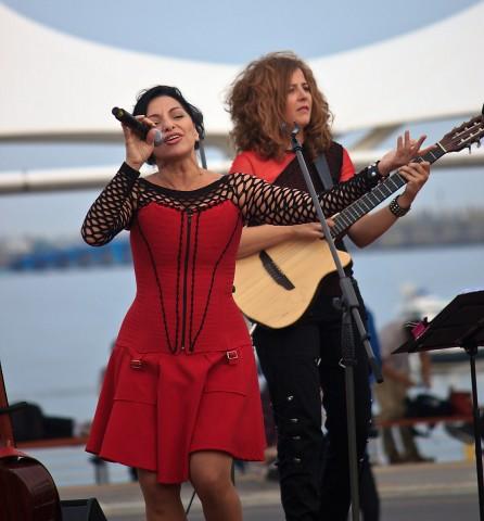 Mavi Diaz and Las Folkies Guitarist Pampi Torre