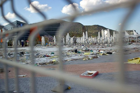 Looking through the fence at Yeosu Expo demolition