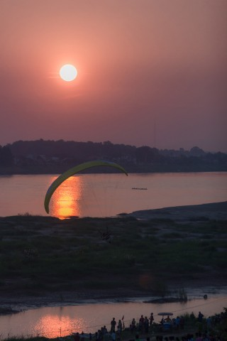 Solo paraglider